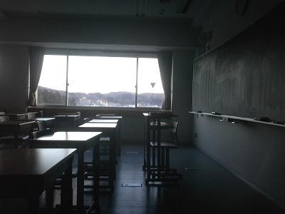 誰もいない教室の黒板。
